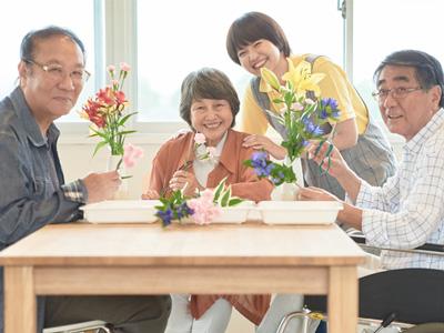 花を生ける老人
